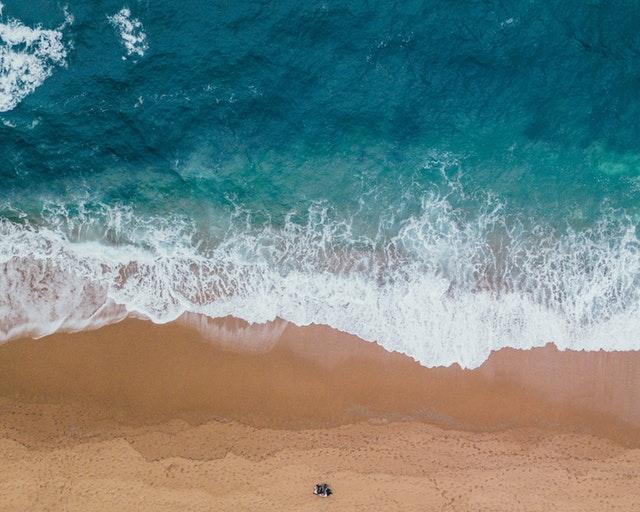 Piesková pláž a more odfotené zhora