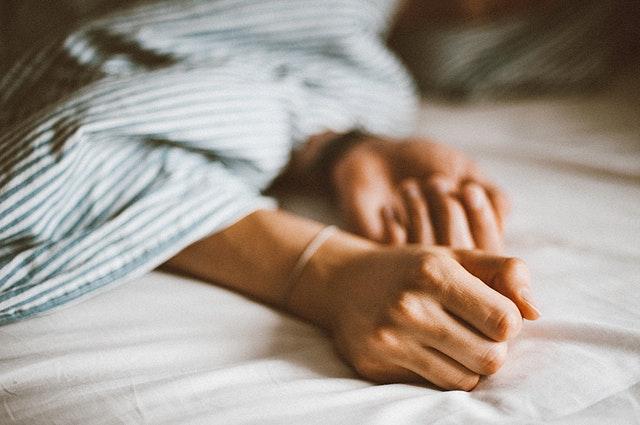Ruky na bielom matraci.jpg