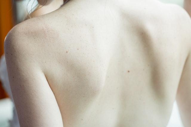 Detail na nahý ženský chrbát.jpg