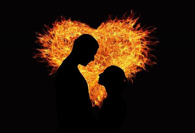 Silueta zaľúbených ľudí, srdce z plameňov.jpg