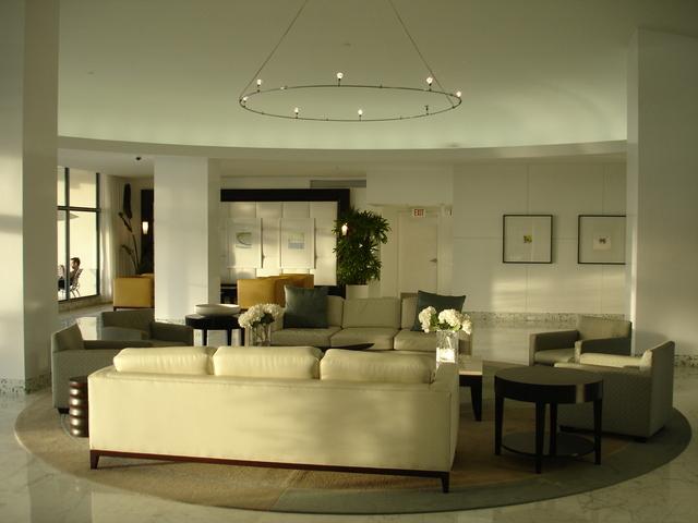 Moderný štýlový interiér, sedačky.jpg