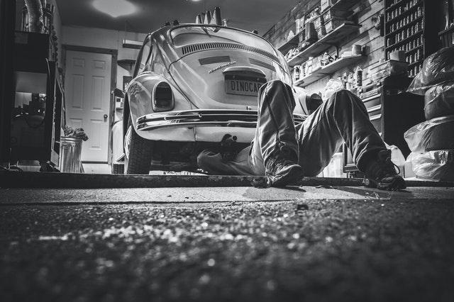 pracujúci automechanik