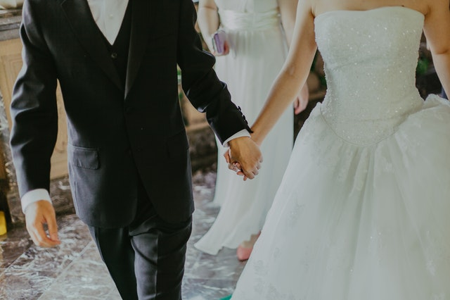 manželia držiaci sa za ruky