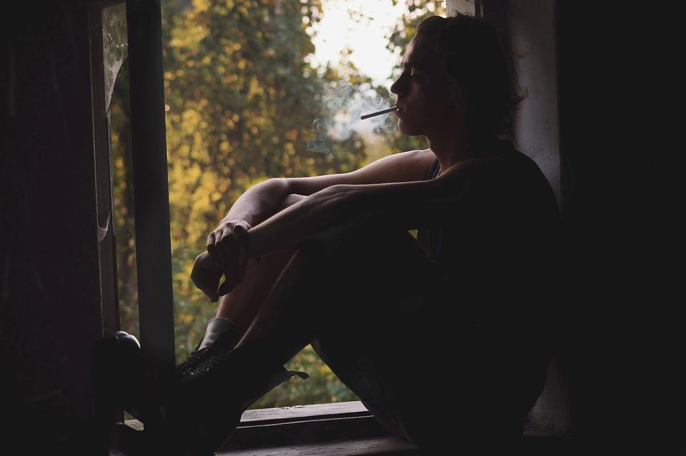 muž na okne