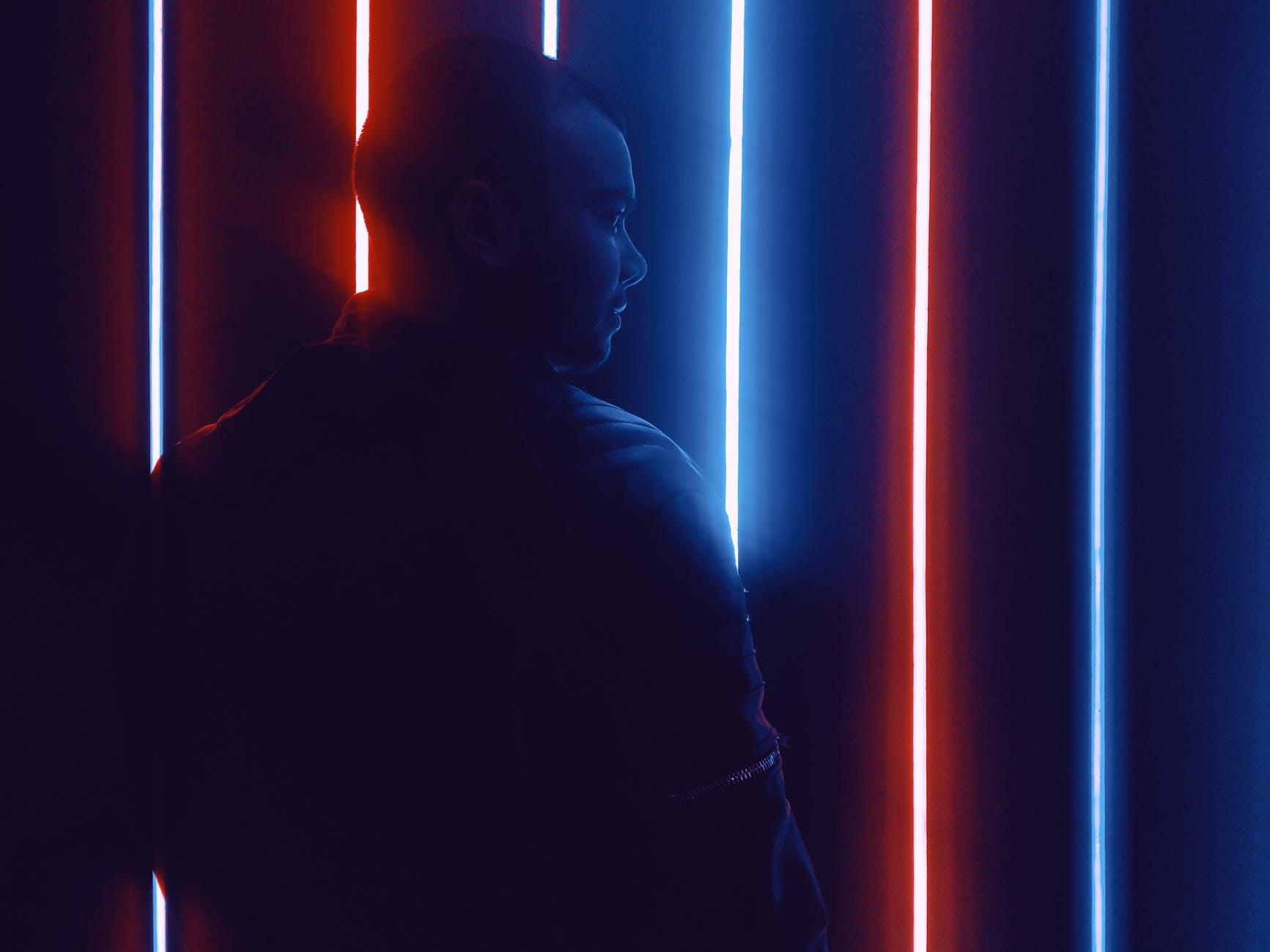 muž, svetlá, pásiky